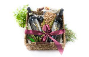 Geschenkbox Set mit zwei Flaschen Wein Haselnüssen Tomatensauce